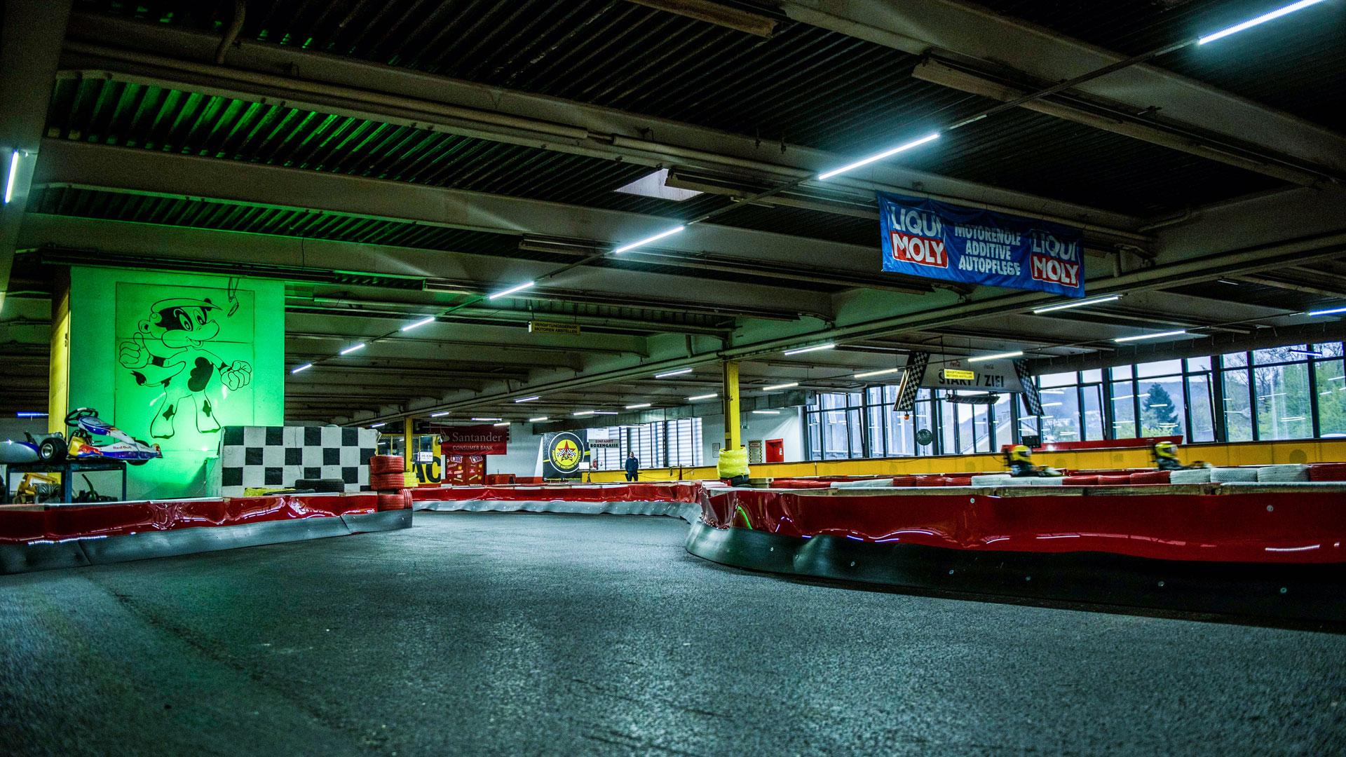 Aspahltierte Rennstrecke auf der Kartbahn Wuppertal