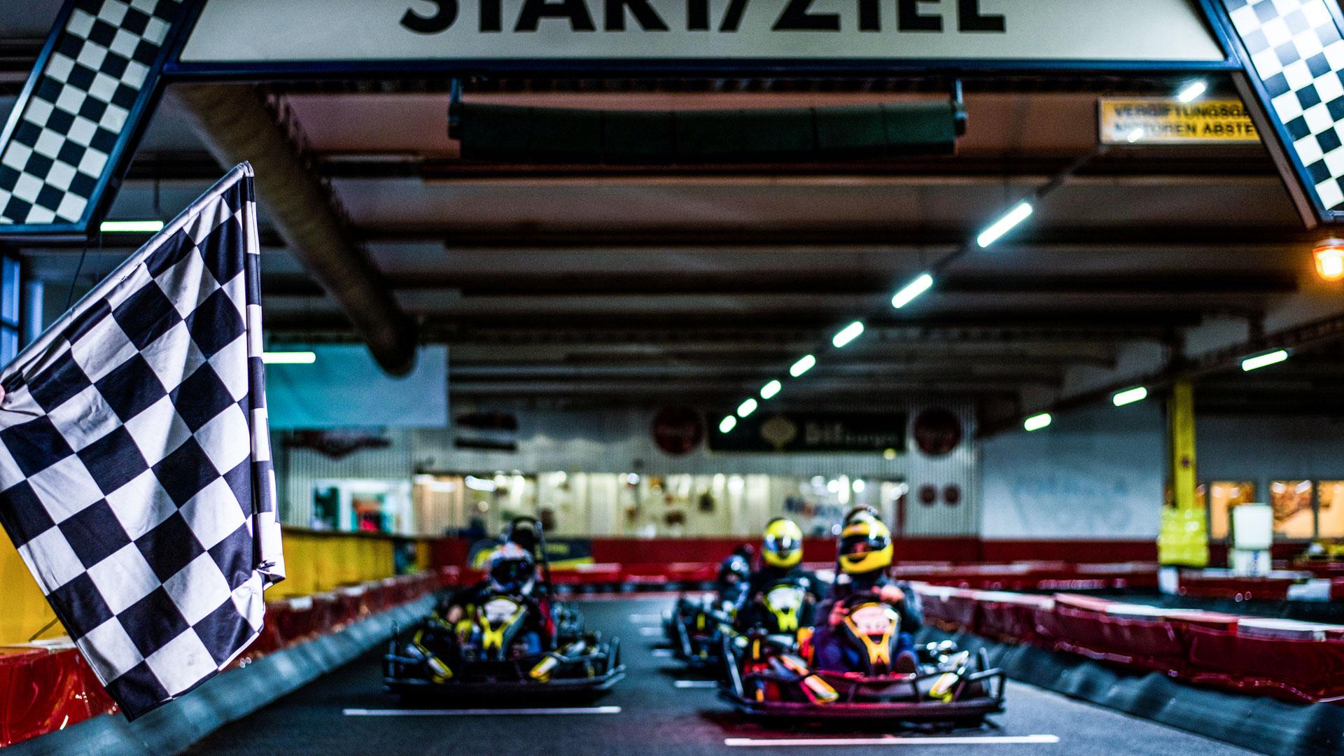 Start eines Rennens auf der Kartbahn Wuppertal